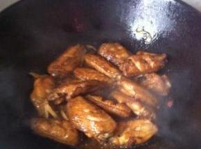 开大火烹煮进行熬制,在烹煮过程中可以不时的进行翻炒以防粘锅