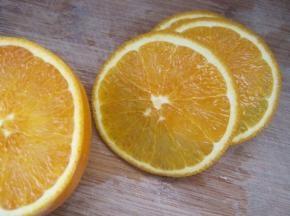 将橙子剥开,切成薄片,可以加少量的蜂蜜和海盐橄榄油腌制15分钟