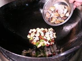 再加入鸡肉,爆炒后淋上香油即可起锅。