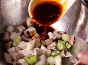 将味精、辣椒油、酱油、白糖等放入碗中调成汁淋上