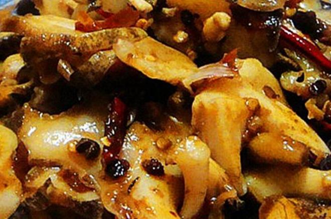 辣炒海螺片,将海螺肉挑出用辣椒爆炒,肉质肥嫩,香辣鲜香 料 主料