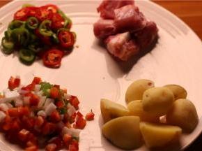 准备材料,土豆和排骨,土豆洗净切块备用,排骨切块备用。
