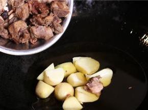 排骨要加料酒腌制半小时。然后用卤水煮熟,倒入已经炸好的土豆锅里。