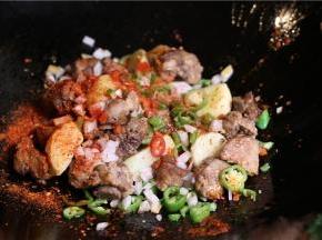 准备葱姜蒜.锅内加油,加青椒段、辣椒段炒香。