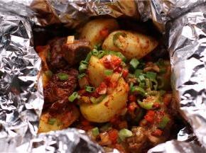 炒一分钟后,调入辣椒粉、酱油、盐和白糖,用大火翻炒1分钟即可出锅。