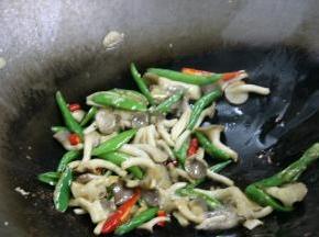 锅内留底油,放入辣椒炒至表皮泛白