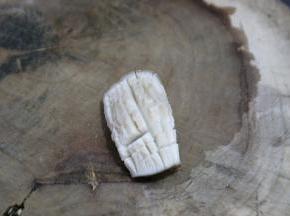 泡发了的干香菇去蒂切花刀,从一个角45度斜刀切起,然后反方向直刀切花刀,切好两端卷起,用一根牙签固定形状。