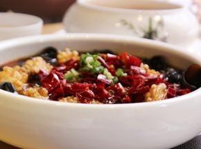 上面撒上干辣椒段,热油浇在辣椒上,激发出辣椒的香气。