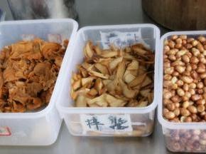 树耳泡发,与杏鲍菇一起切成片状,放入油锅内炸至双面金黄即可