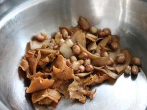 将炸好的树耳,杏鲍菇和花生放入盆中