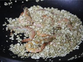 将虾与燕麦混合翻炒