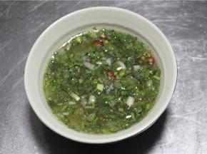 另外酱汁是关键。将根据口味加入小米辣末。香菜末,蒜末,盐,鱼露,青柠汁混合,最后把酱汁林道蒸熟的鲈鱼上就大功告成了。