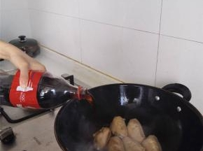 倒可乐,差不多漫过鸡翅一半多一点的高度,大火煮开后,关小火熬入味,期间再加两次可乐,在可乐化成焦糖粘锅时加入稍许热开水,完成最后的收汁。