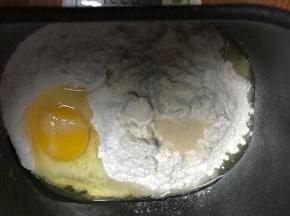 混合除了黄油之外的所以食材,开动面包机揉面程序,一个揉面程序是15分钟,开始揉15分钟。
