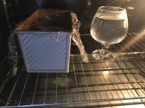 盖一张保鲜膜,不需要太严实,放一杯热水,关好烤箱门等待二次发酵