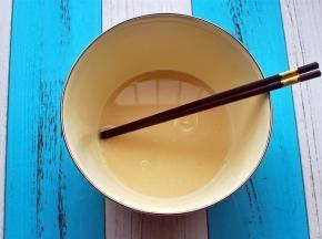 将清水,细砂糖,酵母混合均匀。