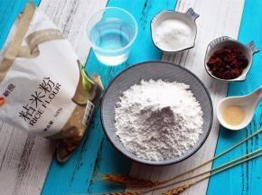 食材:粘米粉220克、清水155克、细砂糖25克、蔓越莓干30克、酵母2克。