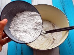 加入新良粘米粉,搅拌均匀。
