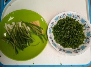 葱洗净沥干水份,一半切段,一半切成葱花。