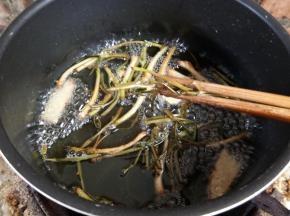 炸好的葱油把葱姜去掉。