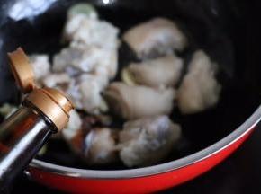 猪蹄放进去翻炒,加半汤匙老抽和半勺生抽