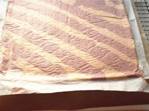 烤好的蛋糕片拿出倒扣在油纸上。