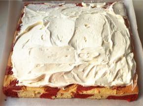 蛋糕片边缘斜切掉,淡奶油加糖粉打发,全部抹到蛋糕片上,中间多,边缘少。