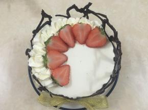 另一个装饰是,在油纸上画上爱心图形 ,用融化好的巧克力画围边,趁还没干的时候包裹慕斯,再用淡奶油和水果装饰表面