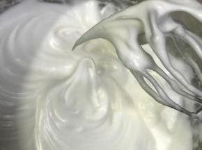 蛋白分三次加糖打发至湿性泡,提起有大弯钩,轻轻一磕会掉,这样的状态即可