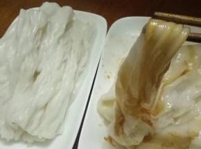 花生油放进不粘锅,大蒜剁碎加进去。大碗里加酱油加适量水加一点砂糖搅拌倒进去不粘锅煮酱汁。慢火煮开就可以