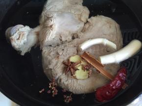 猪骨头和配料一起下锅,添水没过骨头