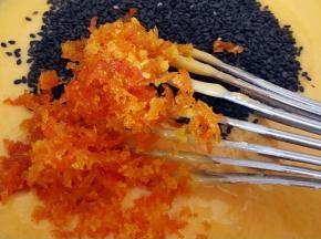 加入适量的黑芝麻和橙皮碎,用蛋抽搅打均匀