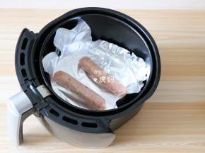香肠去掉包装袋放入空气炸锅炸篮里200度烤8-10分钟;