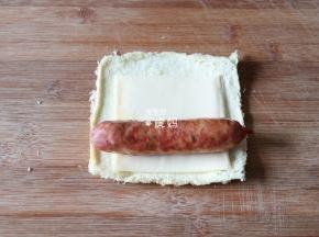 放上烤熟的香肠;
