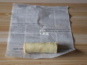 将香肠吐司卷放在油纸边沿;