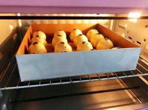 放入预热好的烤箱中层上下火180度烤30分钟