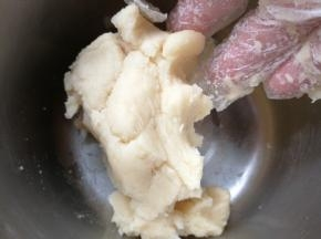制作水皮的过程中可以手动制作油皮,油皮的材料非常简单,低筋面粉和玉米油混合均匀即可 。