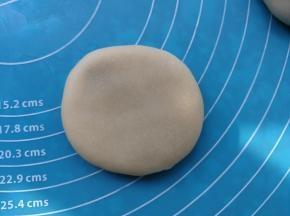包好馅料之后,把它压成圆形状。