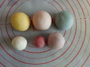 分别取30克揉入紫薯粉,40克揉入蝶豆花粉,40克揉入少量红曲粉,40克揉入南瓜粉,10克揉入红曲粉,剩下的白面团备用