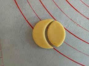 剩下的黄色面团擀薄片,用合适的模具压出圆形来,在压出帽沿的样子来