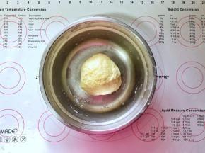 3、倒入酵母水,快速搅拌均匀后分次倒入全蛋液揉成光滑的面团。