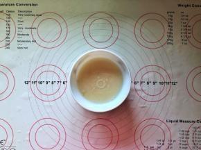1、把酵母倒入温水中搅拌成溶化备用。