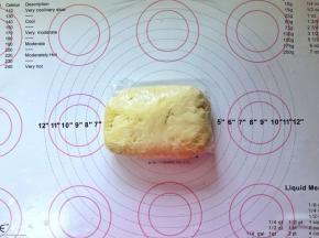 4、将面团稍做整形放入保鲜膜中包好,放入冰箱冷藏过夜。