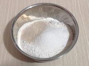 将高筋面粉,幼砂糖,酵母粉放入大口器具中,用筷子搅拌均匀!
