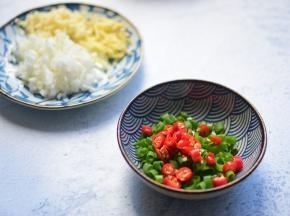 切好蒜末、辣椒、葱花和姜丝