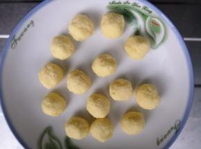 在揉面的过程时做椰蓉馅,软化好的黄油加糖,牛奶搅拌均匀,鸡蛋液分三次加入,每次都要充分搅拌均匀,加入椰蓉。平均分成14份,放冰箱冷藏备用