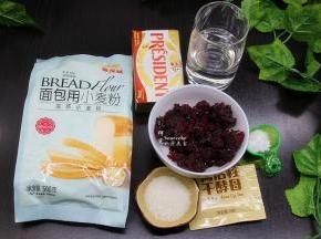 面包食材(450克的土司盒):金龙鱼面包用小麦粉290克、黄油25克、白砂糖10克、盐6克、干酵母4克、水190克、蔓越莓紫薯馅料200克。