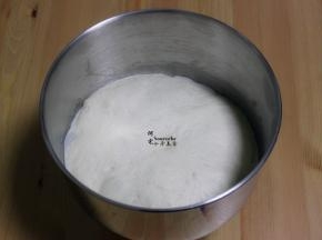 把揉好的面团,在室温下发酵到2倍大;手指蘸点面粉,按压面团,不回缩,说明面团发酵好。