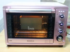 发酵好的面团,取出喷一点水,把烤箱的水也取出。烤箱预热,上下火,185度,35分钟,烤到表面金黄色即可出炉。