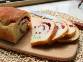 冷却好的面包,切片,即可享用。咸甜适中,松软可口,很好吃哦。